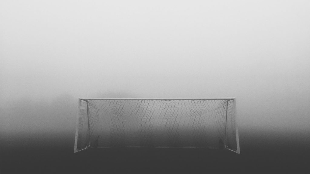 photo but dans la brume par Naphtali Marshall